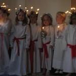 220px-Schwedische_Kinder_beim_Luciafest